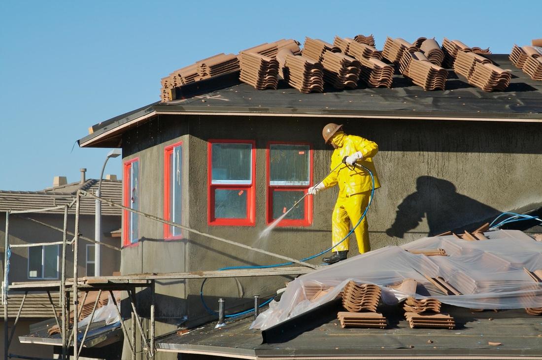 Comment nettoyer la façade en enduit d'une maison?